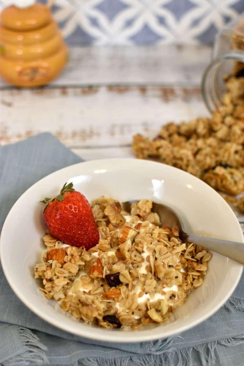 Granola caseira com iogurte e morando no pote