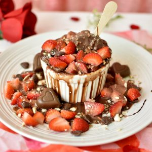 Sobremesa romântica - suflê de chocolate com morangos, calda de Nutella, picolé e amêndoas
