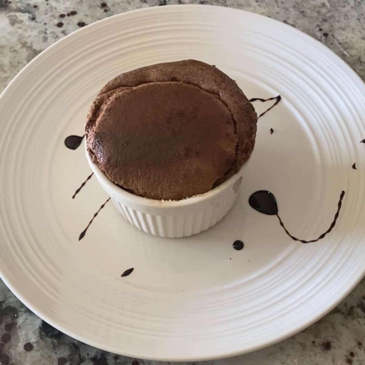 Suflê de chocolate com centro cremoso para fazer a sobremesa romântica