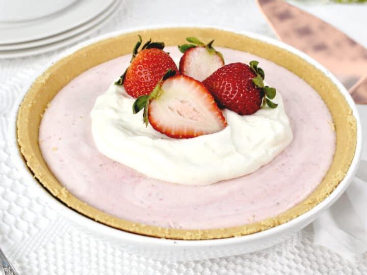 Torta congelada de morango com chantilly e morangos por cima