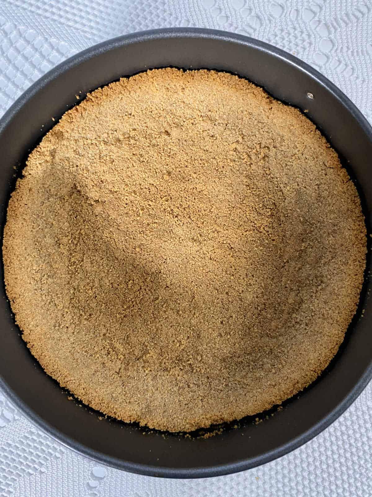 massa de biscoito para torta em uma forma de fundo removível, pré-assada