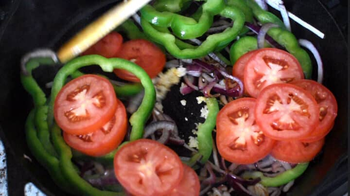 cebola, pimentão, alho e tomates sendo refogados na panela
