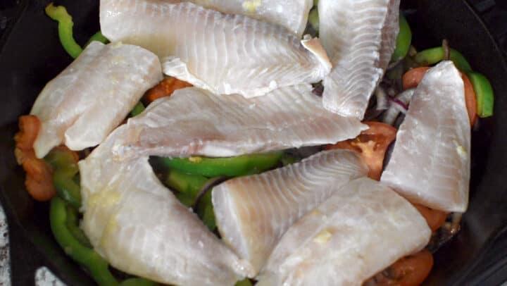 peixe e legumes na panela